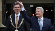 Staatsspitze und kommunale Selbstverwaltung: Bundespräsident Joachim Gauck mit dem Aachener Oberbürgermeister Marcel Philipp, einem der letzten CDU-Oberbürgermeister