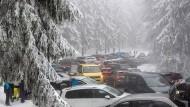 Die Parkplätze im verschneiten Taunus quillen förmlich über.