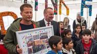 Til Schweiger eröffnet Kita für Flüchtlingskinder