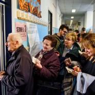 Die Wähler stehen am Sonntag Schlange in einer Grundschule in Italien, um ihre Stimme abzugeben.