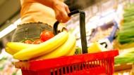 Preisschock im Supermarkt: Wegen der Corona-Krise ziehen die Preise frischer Lebensmittel derzeit kräftig an.