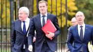 Uneiniges Belgien: Ceta ist vorläufig gescheitert. Der wallonische Ministerpräsident Paul Magnette (Mitte) kommt mit mit Politikern der französischsprachigen Wallonie, Jean Claude Marcourt (l.) und Ruddy Demotte (r.), am Montag in Brüssel an.