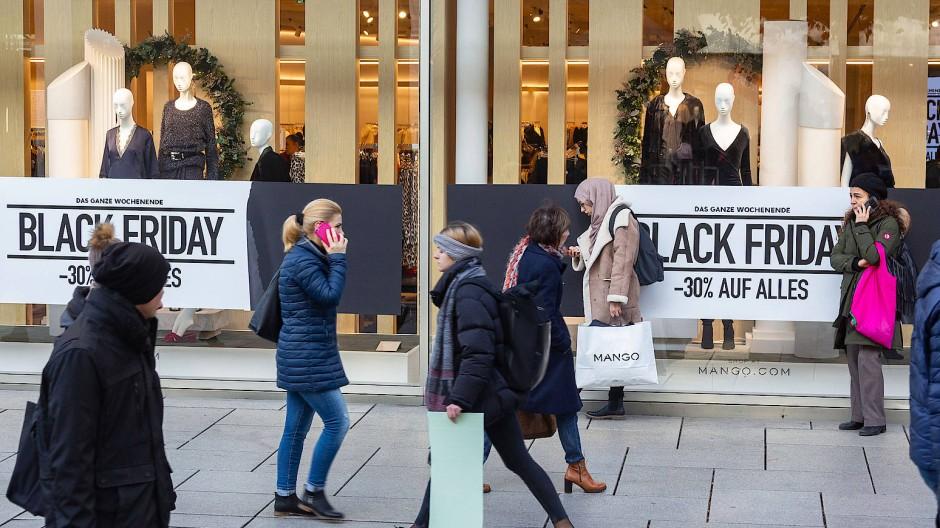 Einkäufer am Black Friday auf der Zeil in Frankfurt am Main.