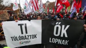 """Tausende bei neuen Protesten gegen """"Sklavengesetz"""""""