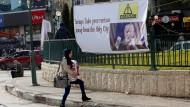 Eine Palästinenserin läuft in Nablus an einem Banner vorbei, das gegen Donald Trumps Ankündigung protestiert, die amerikanische Botschaft nach Jerusalem zu verlegen.