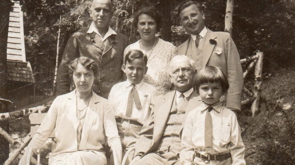 Das Sammlerehepaar Franz und Margarethe Oppenheimer, hier Mitte der dreißiger Jahre mit ihren erwachsenen Kindern, dem Schwiegersohn und Enkeln.