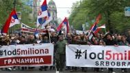 Unter dem Motto Alle wie einer – Einer von fünf Millionen demonstrieren am Samstag rund 10.000 Serben gegen den Präsidenten Aleksandar Vucic.