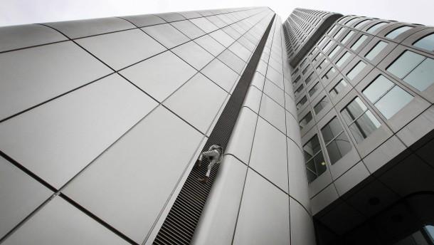 """""""Spiderman"""" erklimmt Frankfurter Wolkenkratzer"""