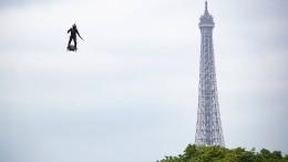 Fliegender Soldat mit Maschinengewehr über Champs-Élysées