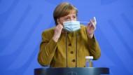 Kanzlerin Angela Merkel vor dem Pressestatement am Dienstag in Berlin