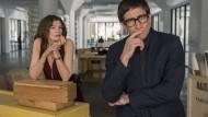 """Sehen das Gleiche: Galeristin Rhodora Haze (Rene Russo) und Kritiker Morf Vandewalt (Jake Gyllenhaal) im Netflix-Thriller """"Die Kunst des toten Mannes"""""""