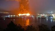Großbrand im Hafengebiet von San Francisco, unweit der Golden Gate Brücke.