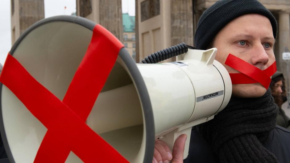 Demonstranten protestieren im Oktober 2018 in Berlin für Meinungsfreiheit. (Symbolbild)