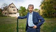 Boris Palmer posiert am 24.04.2019 für ein Foto vor einem ungenutzen Baugrundstück in der Hechinger Straße in Tübingen.