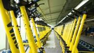 Zur Auslieferung bereit: E-Scooter des Anbieters Wind im europäischen Zentrallager in Langen.