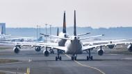 Lange Zeit standen viele Maschinen am Boden wie hier am Frankfurter Flughafen.
