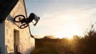 Die Kunststücke eines schottischen Trial-Bikers