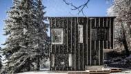 Ein Holzhaus mitten im Wald