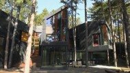 Moderne Architektur im Pinienwald