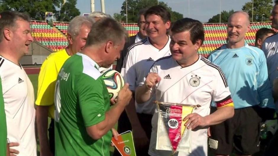 Der FC Bundestag kickt für den guten Zweck
