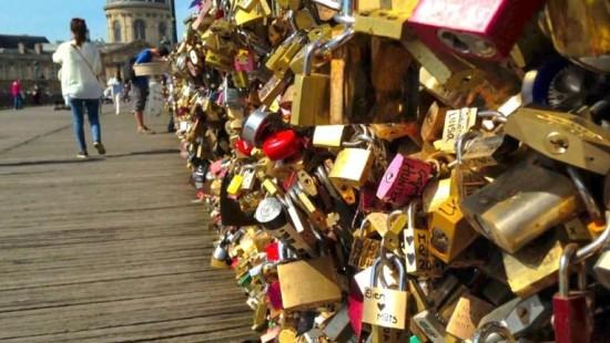 Brücke in Paris hält Schlössern nicht stand