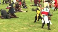Schotten und Engländer stellen historische Schlacht nach