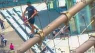 Tourist klettert auf Brooklyn Bridge - für schöne Fotos