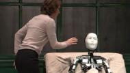 Androide spielt in Kafka-Drama