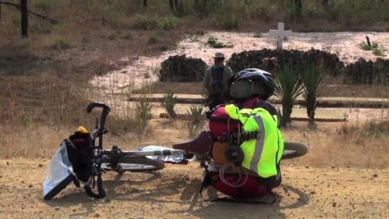 Ex-Soldat fährt mit Fahrrad durch Angola