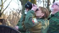 Frau kommandiert prorussische Separatisten