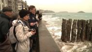 Springflut lockt Zehntausende an Frankreichs Küste