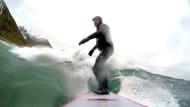 Extrem-Surfen in arktischen Wellen der Lofoten