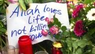 Syrische Flüchtlinge gedenken der Opfer von Paris