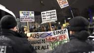 Lichterkette gegen Legida und Randale in Leipzig