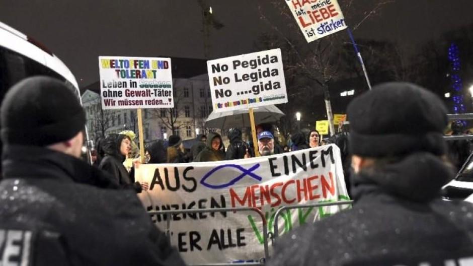 """Lichterkette gegen """"Legida"""" und Randale in Leipzig"""