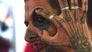 Tattoo im Auge auf Messe in Rio