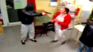 Kiosk-Überfall: Frau mit Baby verjagt bewaffneten Räuber