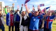 Isländische Fans jubeln trotz der Niederlage
