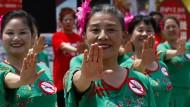 31. Mai 2015. Chinesische Frauen tanzen in Peking gegen das Rauchen.  Am diesjährigen Weltnichtrauchertag warnt die Weltgesundheitsorganisation, die den Tag 1987 ins Leben gerufen hat, vor E-Zigaretten und E-Shishas.