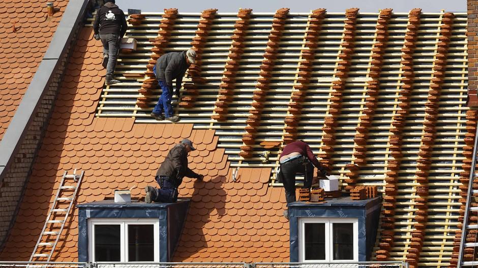 Gerade Ausbesserungen am Dach des Eigenheims können ein Loch in den Geldbeutel reißen.