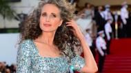 Andie MacDowell zeigt ihre neue Haarfarbe in Cannes.
