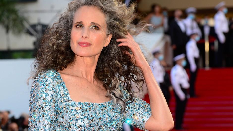 Grau-blaue Farbharmonie: Andie MacDowell zeigt ihre neue Haarfarbe in Cannes.