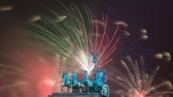 Hilft gegen böse Geister und sieht auch noch gut aus: Feuerwerk über dem Brandenburger Tor
