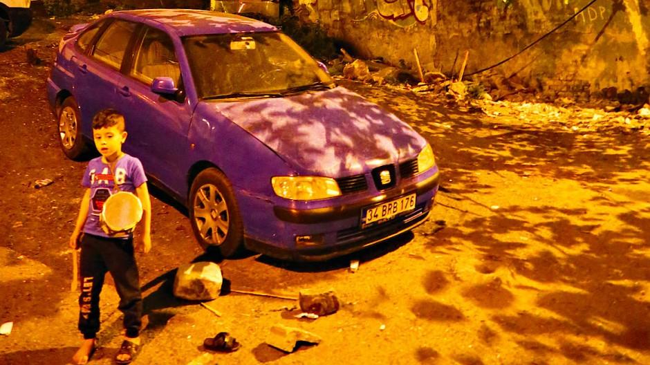 """Wer möchte hier Kind sein, wer Autofahrer? Ein Bild des nächtlichen Istanbul aus Orhan Pamuks Fotoband """"Orange"""""""