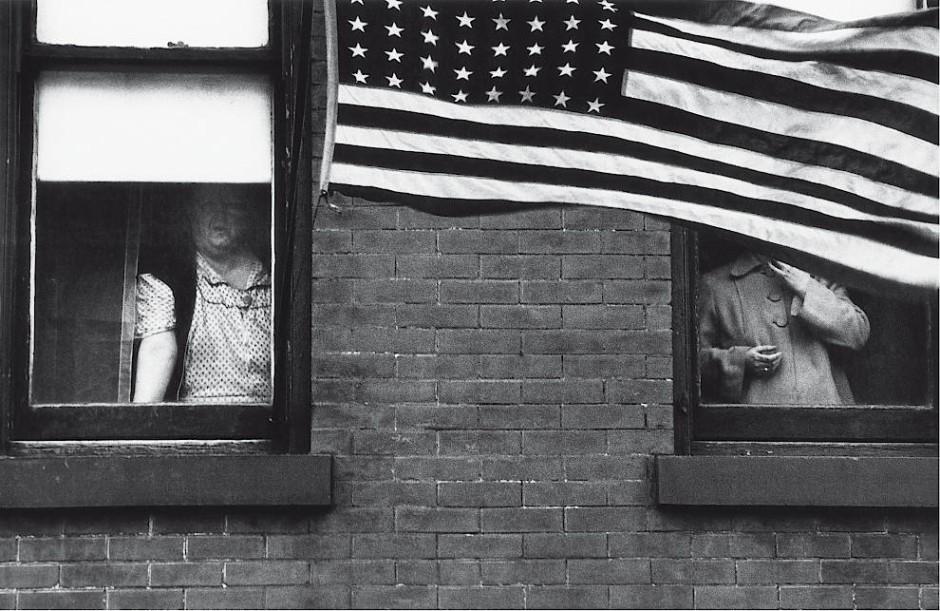 """Der Blick verstellt vor lauter Heimatliebe: """"Parade – Hoboken, New Jersey"""" aus """"Die Amerikaner""""."""