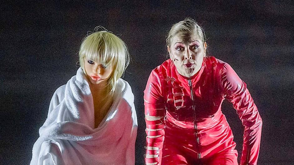 """Der Blick nach vorne, zur Angst hin gerichtet: Valery Tscheplanowa in """"molto agitato"""" in der Regie von Frank Castorf"""