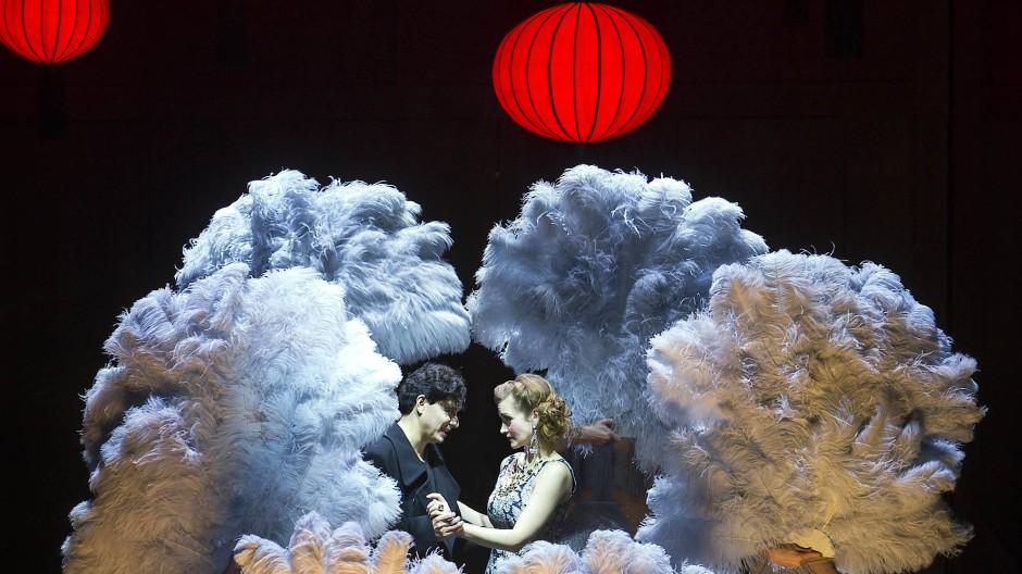 Frühlingsstürme: Tansel Akzeybek (als Ito) und Vera-Lotte Boecker (als Lydia Pawlowska) umringt von Tänzern der Komischen Oper Berlin.