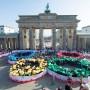 Schüler bilden am 19.02.2015 in Berlin vor dem Brandenburger Tor die Olympischen Ringe nach.