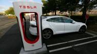 """Will Tesla bei seinem """"Model S"""" etwas vertuschen? Berichte über angebliche Verschwiegenheits-Verpflichtungen nähren diesen Verdacht."""