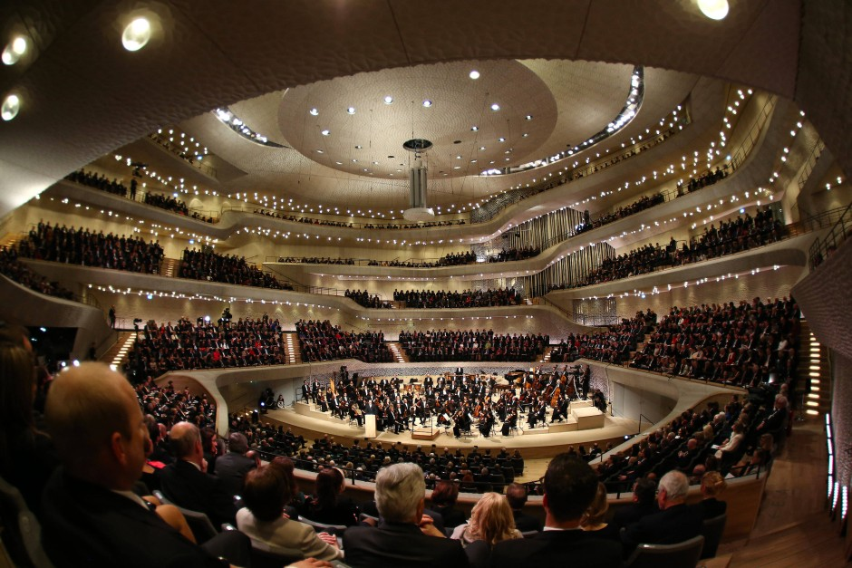 Der Bau des Konzerthauses hatte mit seinen Extravaganzen in Design, Technik und Ausstattung gut achthundert Millionen Euro verschlungen. Wie konnte das Hotel darin dann weniger sein als das, nämlich extravagant?